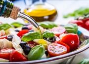 Dieta Mediterranea ricca di olio extra vergine d'oliva o frutta secca aiuta a perdere peso