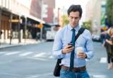 """Lenti e sbilenchi: è la camminata """"smartphone"""""""