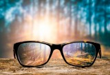 Gli occhiali da sole del futuro avranno lenti a energia solare